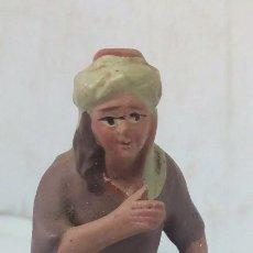 Figuras de Belén: ANTIGUA FIGURA DE BARRO PINTADA A MANO PESCADERA AÑOS 40. Lote 141143454