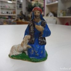 Figuras de Belén: FIGURA GOMA PVC PASTOR CON OVEJA ADORANDO PESEBRE BELÉN. Lote 142058662