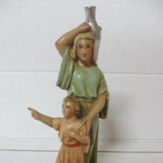 Figuras de Belén: FIGURA DE BELÉN, PESEBRE - PASTORA, CON NIÑO - ESTUCO POLICROMADO - TALLERES DE OLOT - 19 CM ALTURA. Lote 142665638