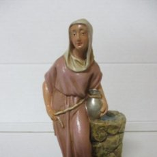 Figuras de Belén: FIGURA DE BELÉN, PESEBRE - PASTORA, EN EL POZO - ESTUCO POLICROMADO - TALLERES DE OLOT -15 CM ALTURA. Lote 142666622