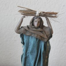 Figuras de Belén: FIGURA BELEN NACIMIENTO PASTORA PORTANDO LEÑA 358 GR ALTO 20 CM BASE 75X5CM TERRACOTA TELA ENCOLADA. Lote 143034810