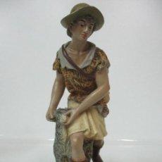 Figuras de Belén: FIGURA DE BELÉN, PESEBRE - PASTOR, CON CABRA -ESTUCO POLICROMADO -TALLERES DE OLOT -MODELO R. AMADEO. Lote 143321254