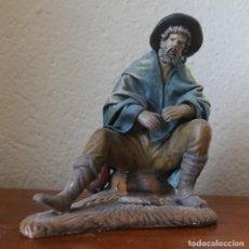 Figuras de Belén: FIGURA DE BELEN NACIMIENTO PASTOR FUMANDO EN PIPA TERRACOTA TELA ENCOLADA, ALTURA 16 CM PESO 543 GR. Lote 143537238