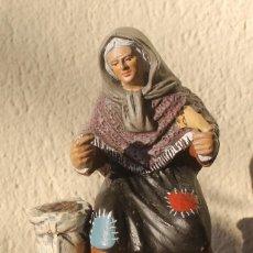 Figuras de Belén: FIGURA DE BELEN NACIMIENTO LA VENDEDORA DE CASTAÑAS TERRACOTA PESO 478 GR ALTO 15 CM BASE 10 X 7 CM. Lote 143637910
