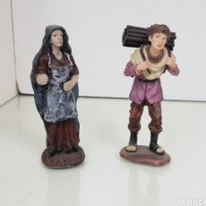 Figuras de Belén: DOS FIGURAS DE BELÉN CAMPESINA Y LEÑADOR CORTANDO TRONCOS EN RESINA DE 12 CM. Lote 143986442