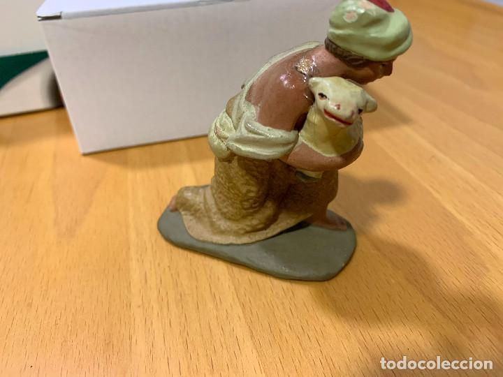 Figuras de Belén: Figura de Belén. Terracota. Pastor con oveja. Años 40 - Foto 3 - 146930010