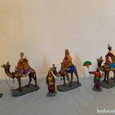 Figuras de Belén: ANTIGUAS FIGURAS DE BELEN O NACIMIENTO. REYES MAGOS Y PAJES EN ESTUCO DE OLOT. Lote 149394642