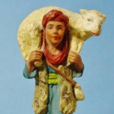 Figuras de Belén: PASTOR CON OVEJA A LOS HOMBROS. GRAN Y DETALLADA FIGURA EN TERRACOTA. 10 CM ALTURA.. Lote 151811478