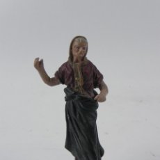 Figuras de Belén: FIGURA DE BELEN DE BARRO, ORTIGAS, MIDE 10 CMS. DE ALTURA, BASE DE MADERA. Lote 155745710