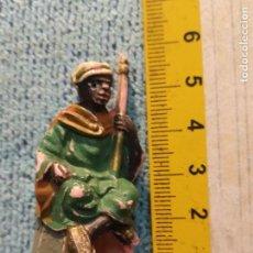 Figuras de Belén: ANTIGUA FIGURA DE PORTAL DE BELEN PLASTICO DURO . REY MAGO PARA CAMELLO. Lote 162696486