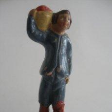 Figuras de Belén: ANTIGUA FIGURA PASTOR LUGAREÑO CON CESTO DE FRUTAS EN TERRACOTA BARRO MURCIA. Lote 163467642