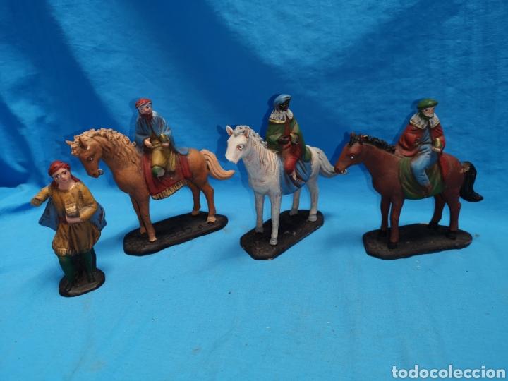 Figuras de Belén: Figuras de belén, 3 reyes a caballo con un paje, en barro murciano terracota, de serrano, 13 cm alto - Foto 2 - 168948686