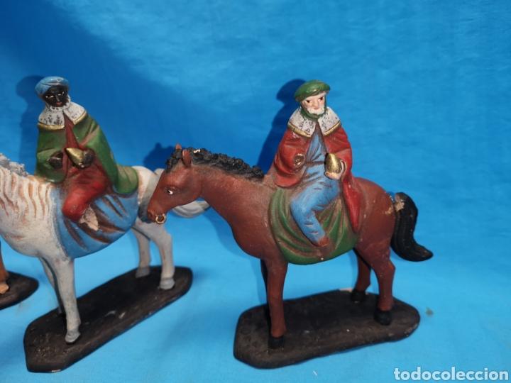 Figuras de Belén: Figuras de belén, 3 reyes a caballo con un paje, en barro murciano terracota, de serrano, 13 cm alto - Foto 3 - 168948686