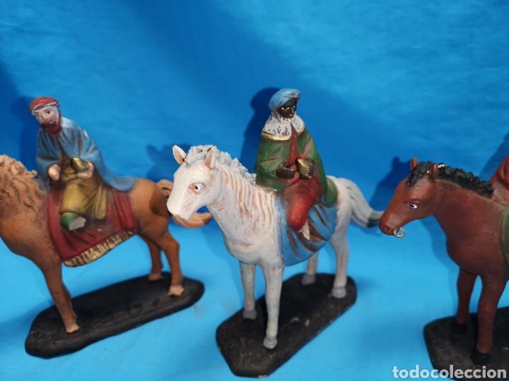 Figuras de Belén: Figuras de belén, 3 reyes a caballo con un paje, en barro murciano terracota, de serrano, 13 cm alto - Foto 4 - 168948686