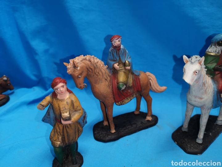Figuras de Belén: Figuras de belén, 3 reyes a caballo con un paje, en barro murciano terracota, de serrano, 13 cm alto - Foto 5 - 168948686