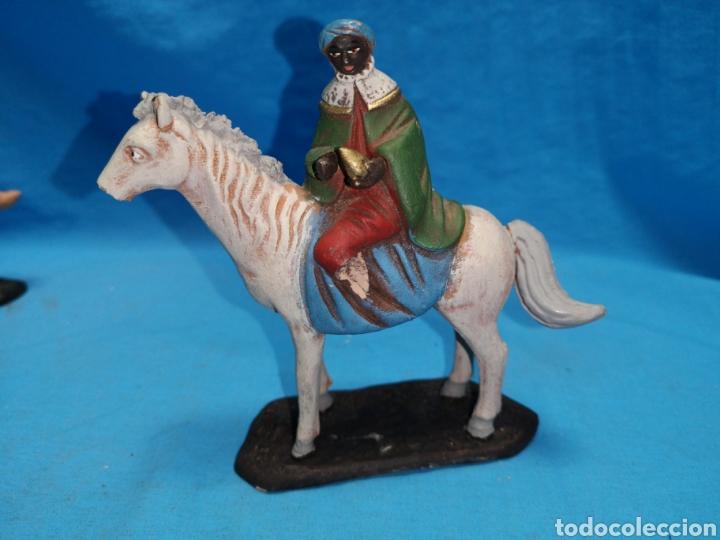 Figuras de Belén: Figuras de belén, 3 reyes a caballo con un paje, en barro murciano terracota, de serrano, 13 cm alto - Foto 10 - 168948686
