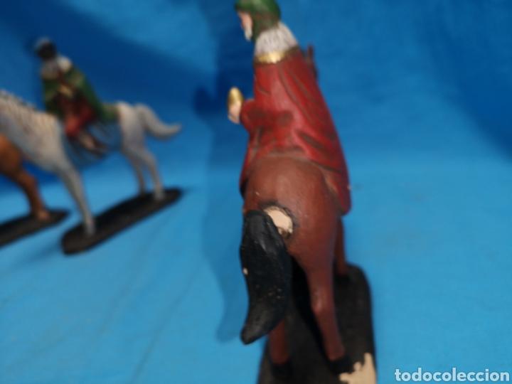 Figuras de Belén: Figuras de belén, 3 reyes a caballo con un paje, en barro murciano terracota, de serrano, 13 cm alto - Foto 12 - 168948686