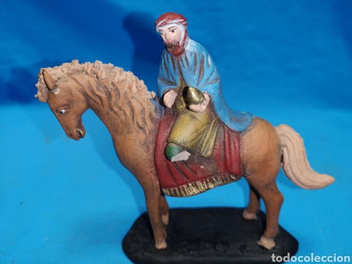 Figuras de Belén: Figuras de belén, 3 reyes a caballo con un paje, en barro murciano terracota, de serrano, 13 cm alto - Foto 20 - 168948686