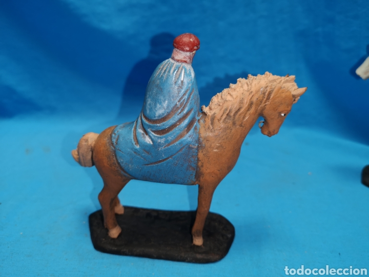 Figuras de Belén: Figuras de belén, 3 reyes a caballo con un paje, en barro murciano terracota, de serrano, 13 cm alto - Foto 22 - 168948686