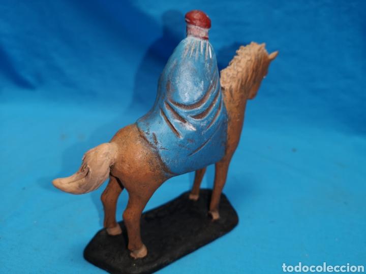 Figuras de Belén: Figuras de belén, 3 reyes a caballo con un paje, en barro murciano terracota, de serrano, 13 cm alto - Foto 23 - 168948686