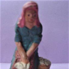 Figuras de Belén: ANTIGUA FIGURA DE BARRO O TERRACOTA DE MUJER LAVANDERA DEL PORTAL DE BELÉN.. Lote 170208056
