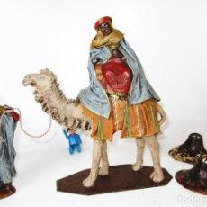 Figuras de Belén: ENORME FIGURAS BELEN ORTIGAS REY MAGO BALTASAR Y PAJE TERRACOTA POLCROMADA ANTIGUOS. Lote 174038047