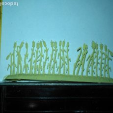 Figurines pour Crèches de Noël: OFERTAS POR LOTES GRANDES - ANTIGUA FIGURA DE BELEN PLASTICO DURO AÑOS 70 HILERA MAIZ MAZORCAS TRIGO. Lote 176021244