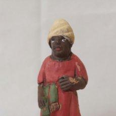 Figuras de Belén: ANTIGUA FIGURA BELEN O NACIMIENTO PAJE NEGRO DE BARRO COCIDO 8 CM.. Lote 178590358