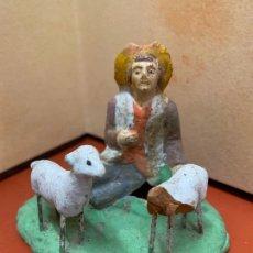 Figuras de Belén: ANTIGUA PASTOR CON CORDEROS, IMAGEN DE PESEBRE O NACIMIENTO, EN TERRACOTA, PROCEDE DE OLOT, 6,5CMS. Lote 182021778