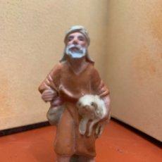 Figuras de Belén: ANTIGUA PASTOR CON CORDERO, IMAGEN DE PESEBRE O NACIMIENTO, EN TERRACOTA, PROCEDE DE OLOT, 6 CMS. Lote 182022642