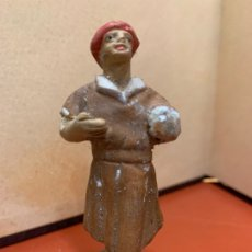 Figuras de Belén: ANTIGUA PASTOR O PAJE, IMAGEN DE PESEBRE O NACIMIENTO, EN TERRACOTA, PROCEDE DE OLOT, 8 CMS. Lote 182023353