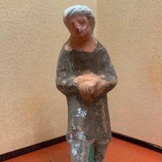 Figuras de Belén: ANTIGUA PASTOR O PAJE, IMAGEN DE PESEBRE O NACIMIENTO, EN TERRACOTA, PROCEDE DE OLOT, 9 CMS. Lote 182023565
