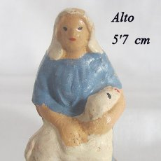 Figuras de Belén: FIGURITA DE BELEN ANTIGUA BARRO PASTORA CON CORDERO . Lote 182261858