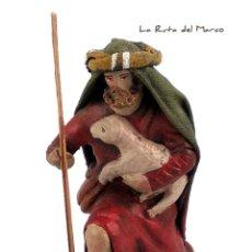 Figuras de Belén: PASTOR CON CORDERO - FIGURA DE TERRACOTA Y LIENZO - 8 CM - NACIMIENTO - PORTAL DE BELÉN - PESEBRE. Lote 182702667