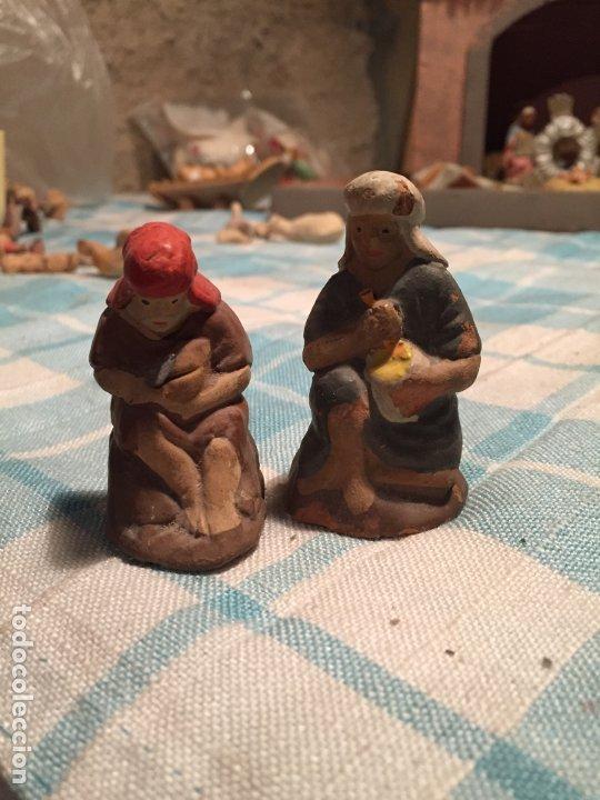 Figuras de Belén: Antiguas 2 figura / figuras de Belén de Pastores al lado de la Hoguera de barro años 40-50 - Foto 2 - 183291592