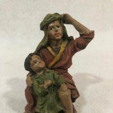 Figuras de Belén: FIGURA DE CAMPESINO CON NIÑO. Lote 184106213