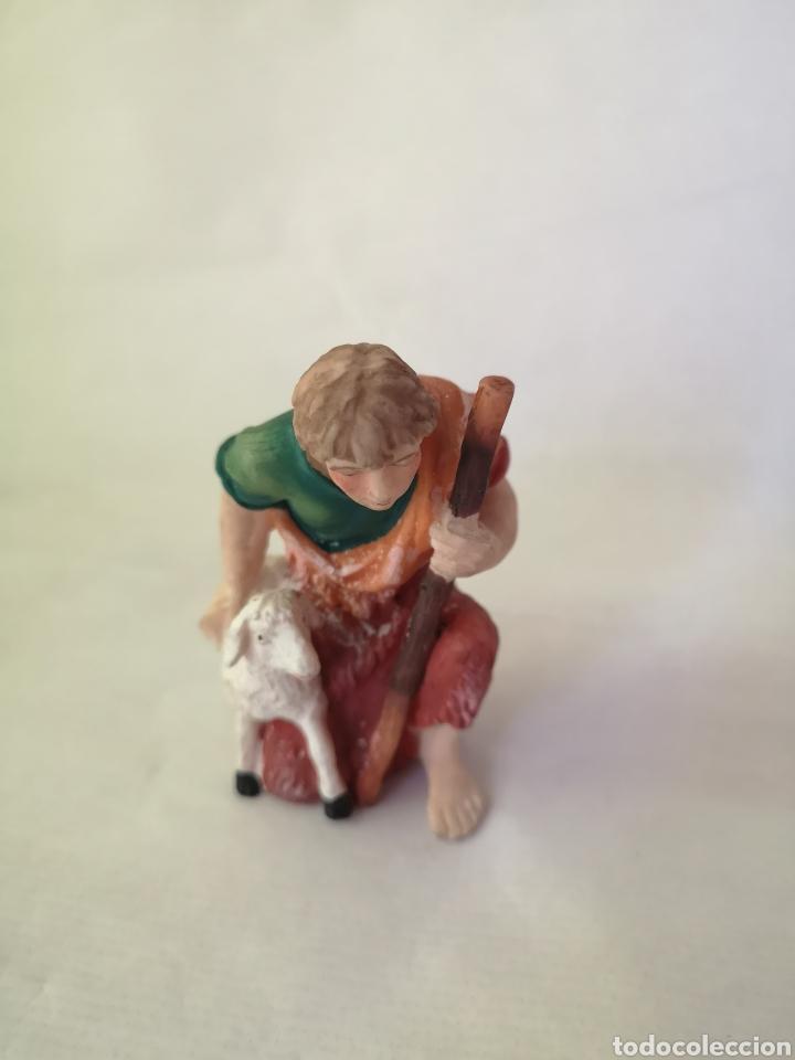 Figuras de Belén: Pastor con oveja. Figura Belén pesebre. Pastor ofrenda. Medida aprox 10 cm. - Foto 5 - 187219796