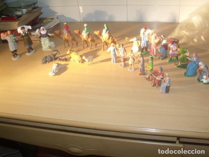 Figuras de Belén: BONITO LOTE 30 PIEZAS, FIGURAS BELÉN, PLÁSTICO, AÑOS 70, OLIVER Y OTROS - Foto 2 - 194887528