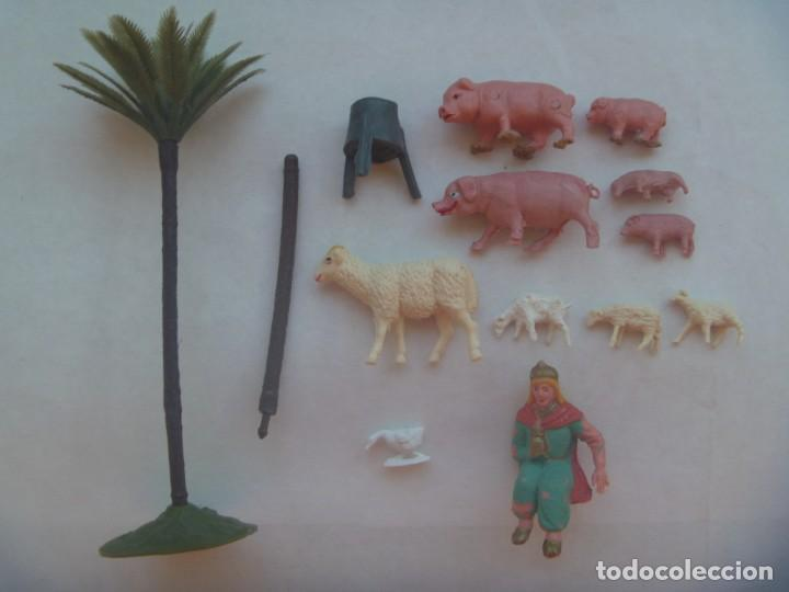 LOTE DE 13 VIEJAS FIGURAS DE PLASTICO DEL BELEN: PALMERA, REY, CASTAÑAS Y ANIMALITOS (Coleccionismo - Figuras de Belén)