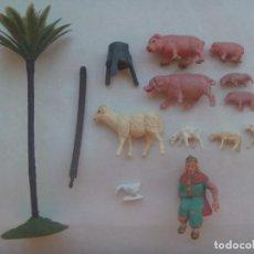 Figuras de Belén: LOTE DE 13 VIEJAS FIGURAS DE PLASTICO DEL BELEN: PALMERA, REY, CASTAÑAS Y ANIMALITOS. Lote 195330823