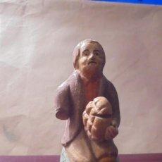 Figuras de Belén: (CAJ.1) ANTIGUA FIGURA DE BELEN CATALAN POPULAR DE BARRO PRINCIPIO S. XX SEÑOR SENTADO CON PAN . Lote 195408191