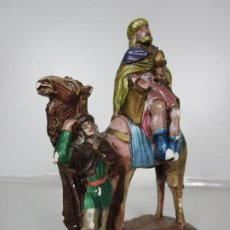 Figuras de Belén: FIGURA DE BELÉN, NACIMIENTO - REY MAGO, CON PAJE - YESO POLICROMADO - TALLERES DE OLOT -25 CM ALTURA. Lote 195534510