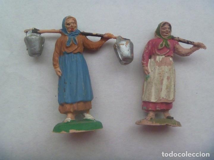 LOTE DE 2 ANTIGUAS FIGURITAS DE PLASTICO DEL BELEN : PASTORAS CON CUBOS ( UNA LOS HA PERDIDO ) (Coleccionismo - Figuras de Belén)