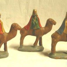 Figuras de Belén: LOS 3 REYES MAGOS DE ORIENTE, TERRACOTA POLICROMADA AÑOS 60. MED. 9 CM ALT. Lote 203092331