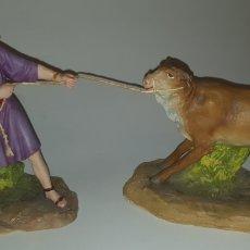 Statuine di Presepe: PASTOR CON TERNERA. GRUPO DE FIGURAS BELEN DE OLOT, PESEBRE, NACIMIENTO. Lote 210019212