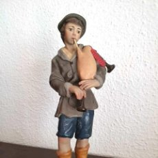 Figurines pour Crèches de Noël: ANTIGUA Y MUY BONITA FIGURA DE BELÉN, JOVEN PASTOR CON GAITA, ESTUCO DE OLOT. SERIE 20. Lote 213561866