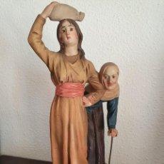 Figurines pour Crèches de Noël: ANTIGUA Y MUY BONITA FIGURA DE BELÉN, PASTORAS EN CAMINO, ESTUCO DE OLOT. SERIE 30. Lote 213599163