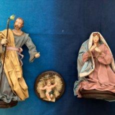 Figuras de Presépios: SAGRADA FAMÍLIA 3 FIGURAS EN RESINA Y PAPEL MACHÉ. Lote 215703567