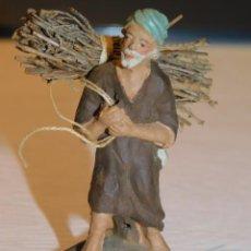 Figuras de Belén: FIGURA DE BELÉN DE BARRO *PASTOR CON FAJO DE LEÑA* AÑOS 50. 5,3 ALT X 2,5 BASE. 4 FOTOS. Lote 219014253