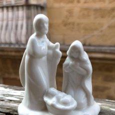 Figuras de Belén: RARO NACIMIENTO PORTAL DE BELEN CERAMICA PORCELANA , VIRGEN SAN JOSE NIÑO JESUS , 8,6 CM ALTURA. Lote 219519661